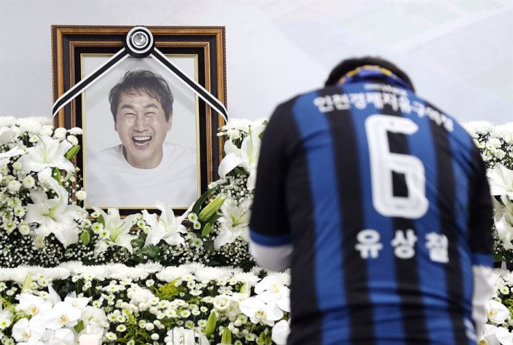 An Incheon United supporter sheds tears at the memorial alter for the late Yoo Sang-chul at Incheon Football Stadium, June 8. / Yonhap