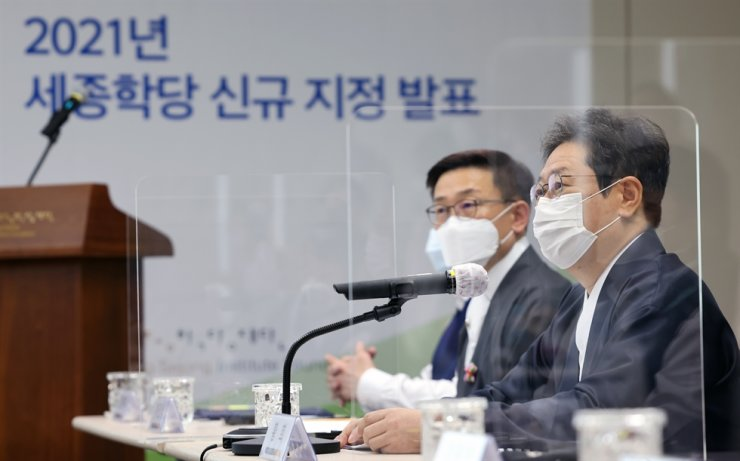 Culture Minister Hwang Hee, right, speaks at the press conference for unveiling new King Sejong Korean language institutes worldwide, held in Seoul, Wednesday. Courtesy of the Ministry of Culture, Sports and Tourism