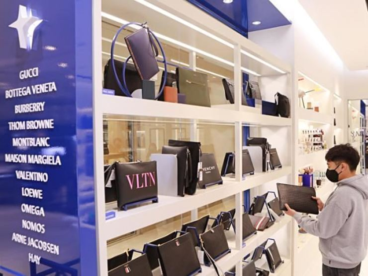 A young male customer looks at a luxury bag at Hyundai Department Store in Apgujeong, Seoul, on April 11. Korea time file