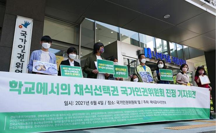 Members of the Civil Action for Vegetarian Meal hold a press conference in front of the National Human Rights Commission of Korea in central Seoul, June 4, to call for expanded vegetarian options in school meals. Korea Times photo by Lee Hae-rin