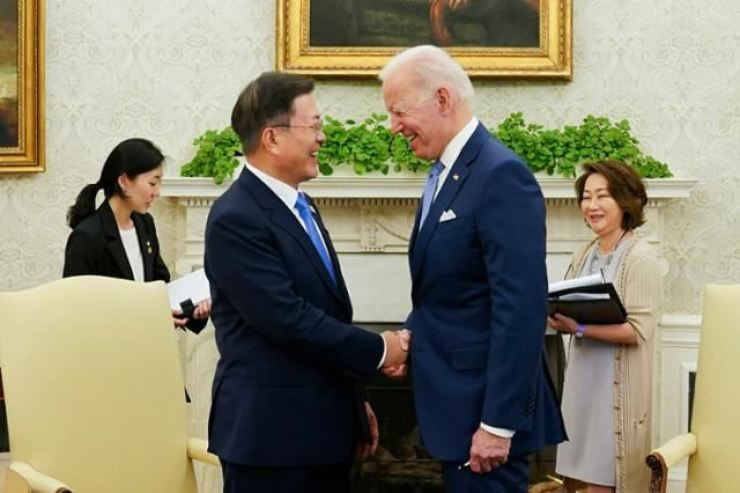 President Moon Jae-in shakes hands with U.S. President Joe Biden at the White House in Washington, D.C. on May 21. Yonhap
