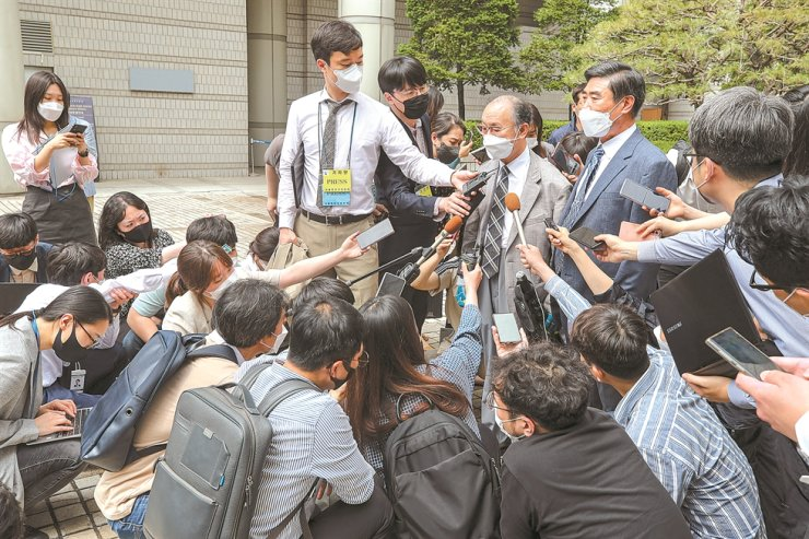 A family member and an attorney representing South Korean victims of forced wartime labor by Japan speak during a press conference in front of the Seoul Central District Court in southern Seoul, Monday, after the court dismissed their damages suit against Japanese companies. The 85 forced labor victims and their families filed the suit against 16 Japanese companies in 2015, but the court rejected it, saying individual legal rights cannot be exercised under the 1965 treaty between Seoul and Tokyo on resolving colonial-era issues. The plaintiffs said they would appeal. Yonhap
