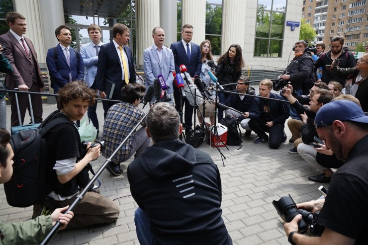 Russian lawyer Ivan Pavlov, center, speaks to the media as other lawyers stand around him during a break in a court session in front of Moscow Court, Moscow, June 9. AP-Yonhap