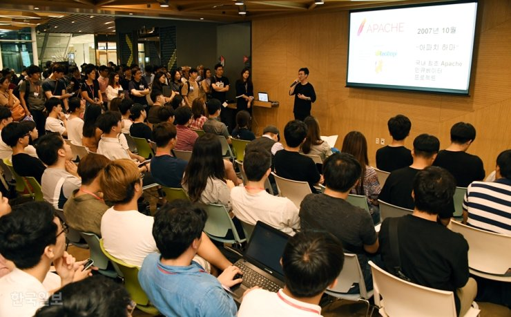 Jobseekers listen to a career planning instructor at a small job fair at Google Campus in Seoul, Aug. 10, 2017. Korea Times file