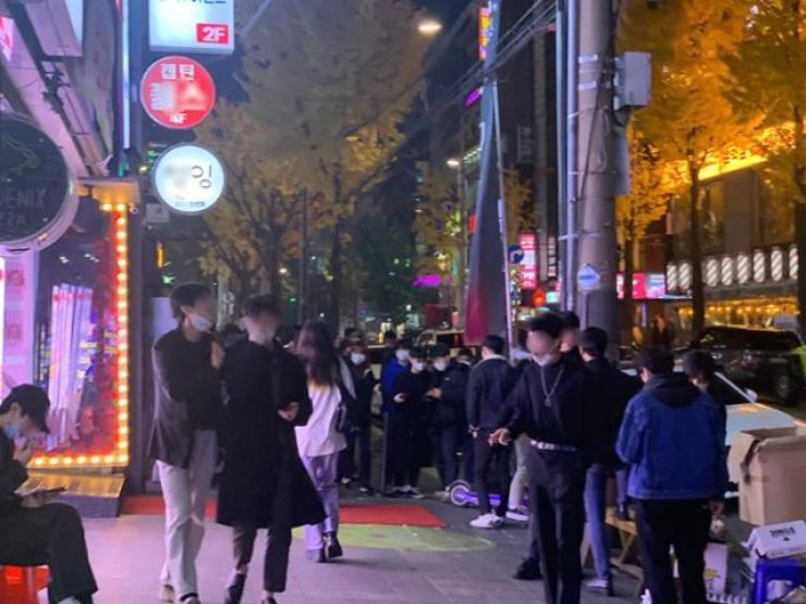 People fill a street near Hongik University in western Seoul in this Nov. 13, 2020 photo. Korea Times file