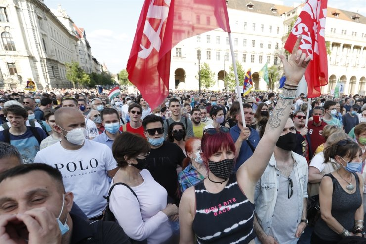 Protesters chant slogans as they rally in downtown Budapest, Hungary, June 5. Thousands of people gathered opposing the Hungarian government's plan of building a campus for China's Fudan University in Budapest. AP-Yonhap