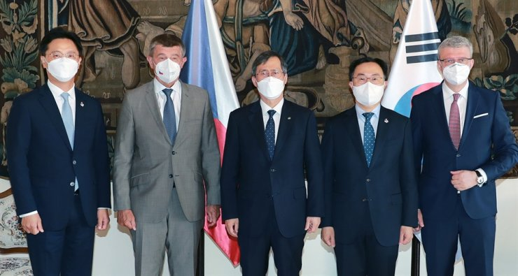 Trade, Industry and Energy Minister Moon Sung-wook, second from right, poses with Czech Prime Minister Andrej Babis, second from left, and Minister of Industry and Trade Karel Havlicek, right, at the prime minister's office, June 18, during his visit to the Czech Republic. Courtesy of the Ministry of Trade, Industry and Energy