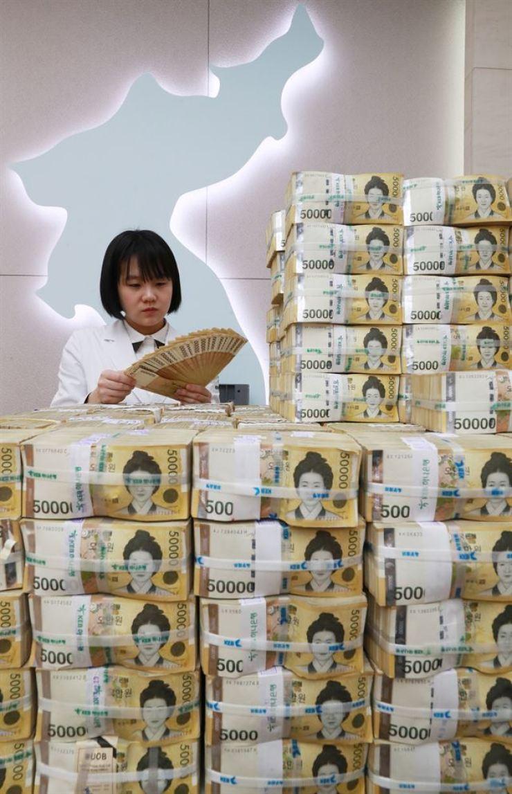 Stacks of 50,000 won bills / Yonhap