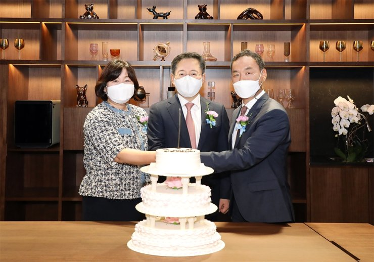 Hana Bank President Park Sung-ho, center, poses for a cake-cutting ceremony with other dignitaries during the opening of Club1, a private members club exclusively open to wealthy customers, in Hannam-dong, Seoul, June 18. The club is the second of its kind following the one in Samseong-dong, southern Seoul that opened in August 2017. Both are run by Hana Financial Group, the parent company of the bank. Courtesy of Hana Bank
