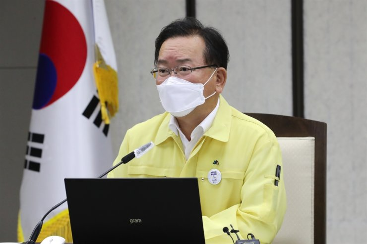 Prime Minister Kim Boo-kyum speaks during a government meeting on COVID-19 responses at the Government Complex in Sejong, Wednesday. Yonhap