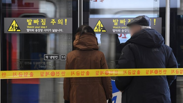 Senior citizens wait to board a subway at Seoul Station in this Dec. 4, 2017 photo. Korea Times file