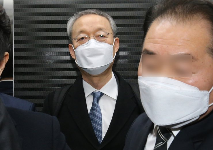 Paik Un-gyu, former industry and energy minister, enters Daejeon District Court  to attend his arrest warrant hearing, Feb. 8. Korea Times photo by Lee Han-ho