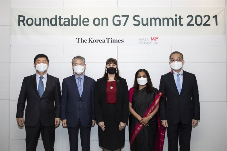 The Korea Times' President-Publisher Oh Young-jin, left, and Korea Foundation President Lee Geun, right, pose with ambassadors to Korea from guest countries that will participate in the 2021 G7 Summit in the U.K., during a roundtable at The Korea Times' office in central Seoul, May 25. From the left are Oh, Korea's Ambassador for International Cooperation on G20/G7 Affairs Choi Kyong-lim, Australian Ambassador to Korea Catherine Raper, Indian Ambassador to Korea Sripriya Ranganathan and Lee. Korea Times photo by Choi Won-suk