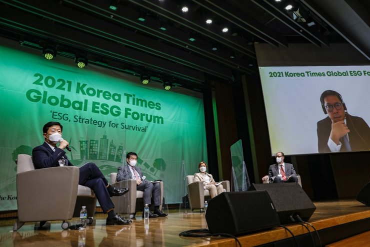 From left, Korea Chamber of Commerce and Industry (KCCI) Executive Vice Chairman Woo Tae-hee, AMCHAM Korea Chairman James Kim, P&G Korea CEO Balaka Niyazee and IKEA Korea CEO Fredrik Johansson speak during a panel discussion session at the 2021 Korea Times Global ESG Forum. At the far right on screen is BlackRock Investment Stewardship Team Director Won Shin-bo, participating online. Korea Times photo by Shim Hyun-chul
