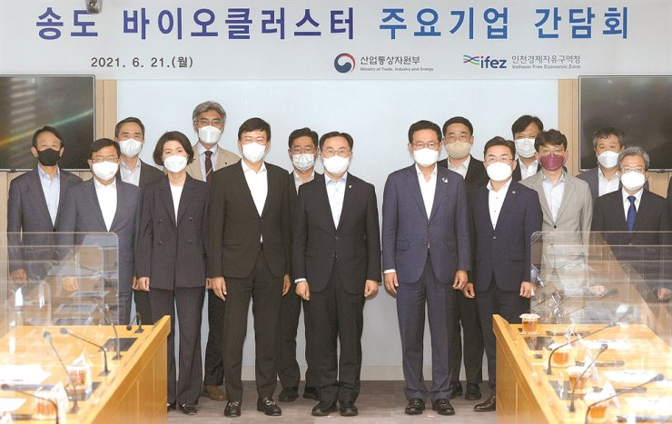 Trade, Industry and Energy Minister Moon Sung-wook, front row fourth from left, poses with Samsung Biologics CEO John Rim, front row third from left, and government officials, during a meeting at the Incheon Free Economic Zone headquarters in Songdo, west of Seoul, Monday. Courtesy of Ministry of Trade, Industry and Energy