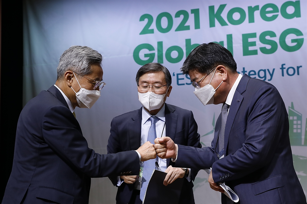 The moderator and panelists hold a discussion during the first session of the 2021 Korea Times Global ESG Forum at the KCCI building in Seoul, Thursday. From left are KB Financial Group Chairman Yoon Jong-kyoo, Institute for Global Economics Chairman Jun Kwang-woo and National Pension Service Chairman Kim Yong-jin. The screen shows foreign participants at the session. Clockwise from top left are Carlyle Global Head of Impact Megan Starr, MSCI APAC ESG Client Coverage Head Chitra Hepburn and BNP Paribas Asset Management APAC CEO Steven Billiet. Korea Times photo by Shim Hyun-chul