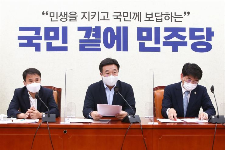Rep. Yun Ho-jung, center, floor leader of the ruling Democratic Party of Korea, speaks during a party meeting at the National Assembly in Yeouido, Seoul, Tuesday. Yonhap