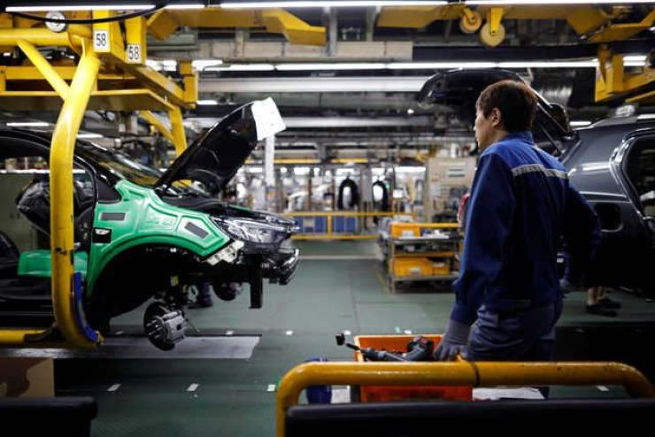 An employee works at an assembly line of GM Korea's Bupyeong plant in Incheon, Korea, in this file photo. Reuters-Yonhap