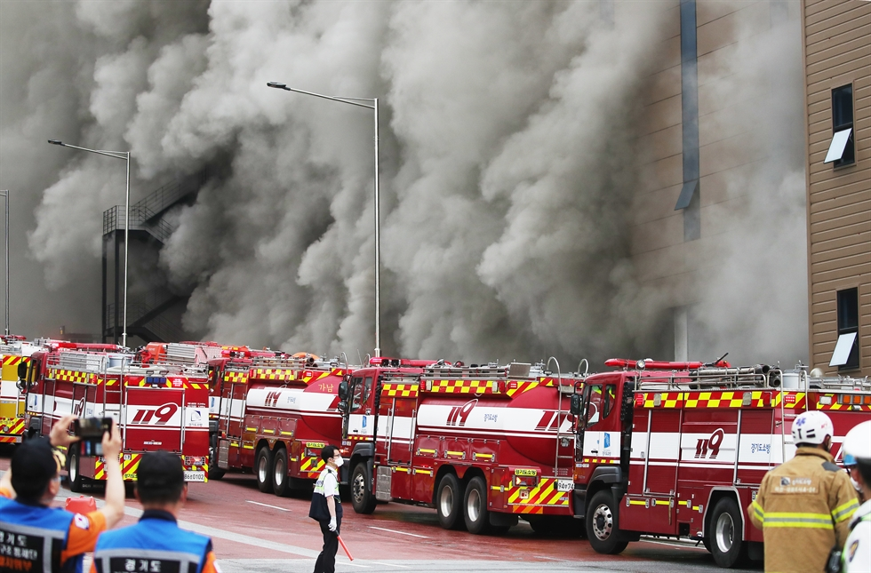 Smoke billows from a fire at a logistics center of e-commerce giant Coupang in Icheon, Gyeonggi Province, June 17. Yonhap