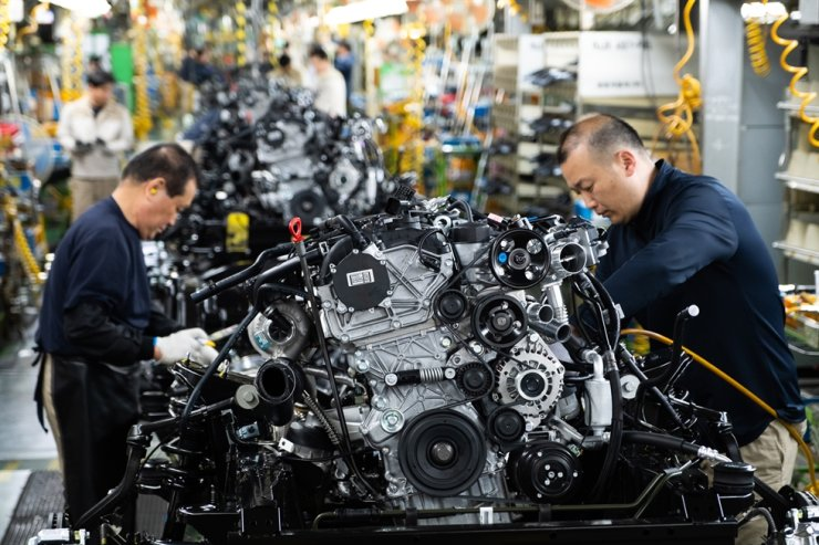 SsangYong Motor workers are assembling a car engine at the company's Pyeongtaek plant in Gyeonggi Province, in this file photo. Korea Times file
