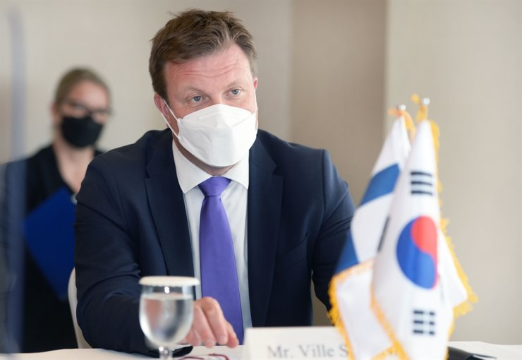Finnish Minister for Development Cooperation and Foreign Trade Ville Skinnari speaks during a meeting with Korea's Minister for Trade Yoo Myung-hee at Lotte Hotel Seoul, June 17. Courtesy of Ministry of Trade, Industry and Energy