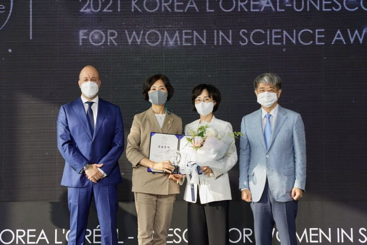 From left, L'Oreal Korea President Christian Marcos, Prof. Lee You-mie, President of the Women's Bioscience Forum Mook In-hee and Secretary General of Korean National Commission for UNESCO Han Kyung-koo pose at The 20th Korea L'Oreal-UNESCO For Women in Science Awards held at Seoul Wave Art Center on June 15. Courtesy of L'Oreal Korea