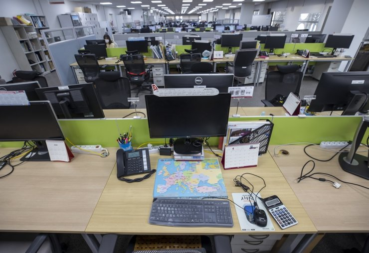 An office of a travel agency in Seoul is almost empty, Wednesday, amid the prolonged COVID-19 pandemic. Aviation and tourism industries that have been hit hard by the pandemic are raising hope for increasing demand for overseas travel following the government's announcement of a plan to allow overseas group tours of fully vaccinated people in July at the earliest. Yonhap