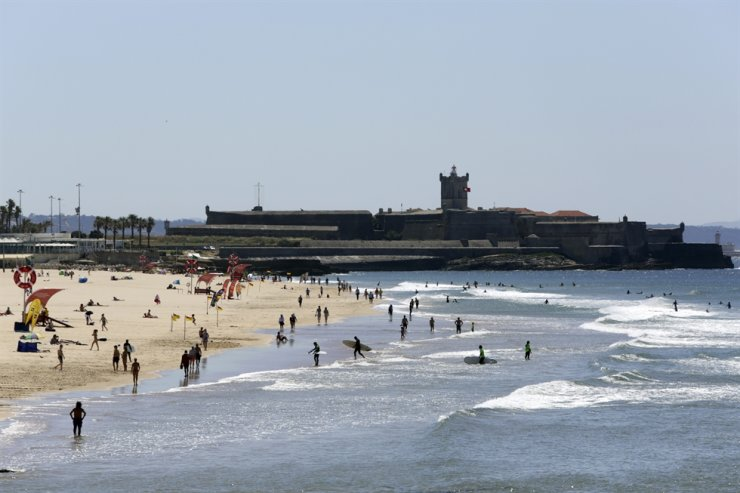 People walk along Carcavelos beach near Cascais, outside Lisbon, June 4. The U.S. government is forming expert working groups with Canada, Mexico, the European Union and the U.K. to determine how best to safely restart travel after 15 months of pandemic restrictions, a White House official said on June 8. AP-Yonhap