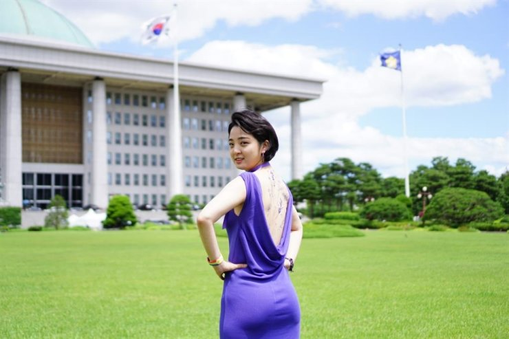 Rep. Ryu Ho-jeong of the progressive minor Justice Party reveals her back full of erasable tattoos at the National Assembly on June 16, as a part of her campaign to liberalize strict regulations on tattooing. Yonhap
