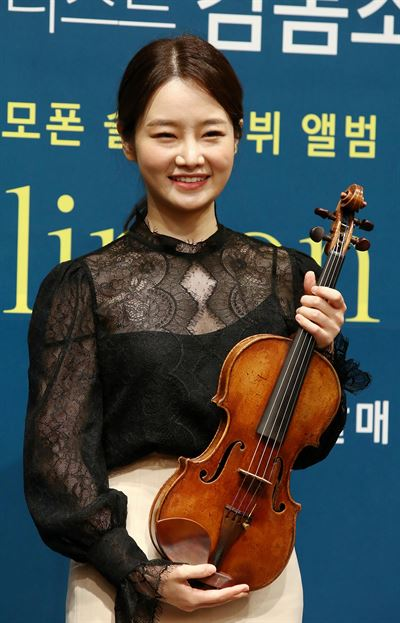 Violinist Kim Bomsori performs during a press conference held to promote her first Deutsche Grammophon album, 'Violin on Stage,' and recital tour at ODE Port, Seoul, Monday. Yonhap