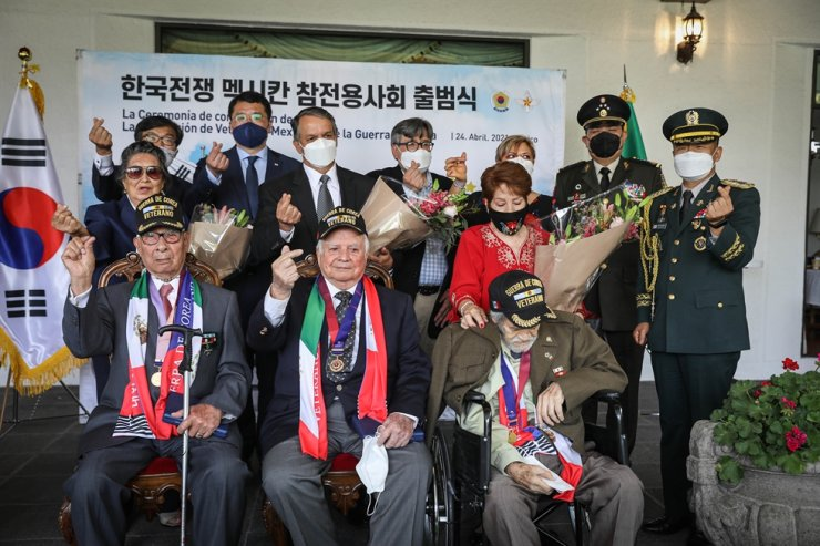 Mexican veterans of the Korean War, from left in front row Roberto Sierra, Jesus Cantu and Jose Villarreal, pose with Korean and Mexican officials during a ceremony commemorating the establishment of the Korean War Veterans Association in Mexico in this April 24 file photo. Courtesy of Embassy of Mexico in Seoul