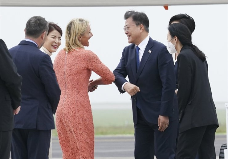 South Korean President Moon Jae-in arrived in Cornwall, Britain, Friday to attend the annual Group of Seven (G-7) summit. Yonhap