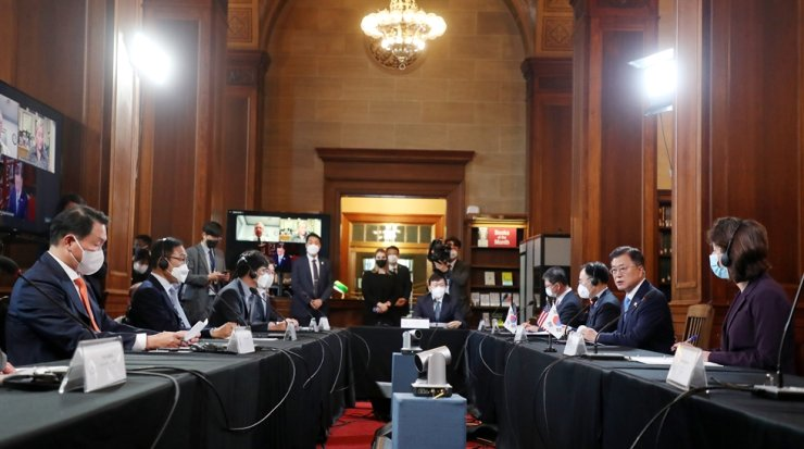 President Moon Jae-in, second from right, speaks during a roundtable meeting with Korean and U.S. business leaders at the U.S. Department of Commerce in Washington, D.C., May 21. Yonhap
