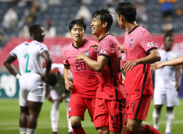 Players of Korean men's Olympic football team celebrate after scoring against Ghana in a friendly match held in Jeju, June 15. Yonhap