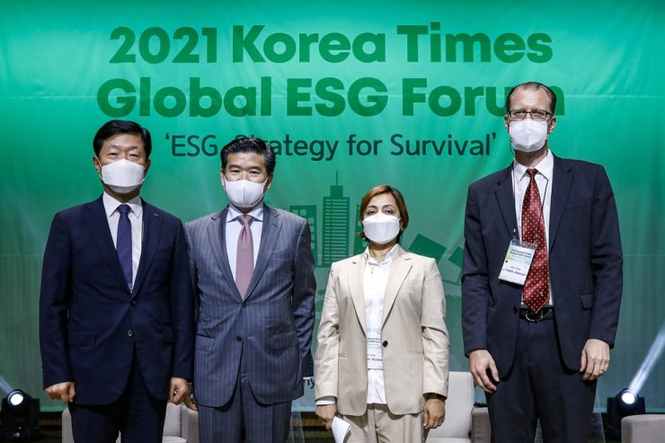 Participants to the 2021 Korea Times Global ESG Forum's second discussion session pose at the KCCI building in Seoul, Thursday. From left are KCCI Executive Vice Chairman Woo Tae-hee, American Chamber of Commerce in Korea Chairman James Kim, P&G Korea CEO Balaka Niyazee and IKEA Korea Country Retail Manager Fredrik Johansson. Korea Times photo by Shim Hyun-chul