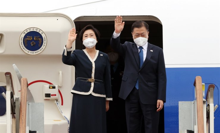 President Moon Jae-in and his wife Kim Jung-sook wave at Seoul Airport in Seongnam, Gyeonggi Province, June 11, before departing for Britain to attend an annual Group of Seven (G-7) summit. Yonhap