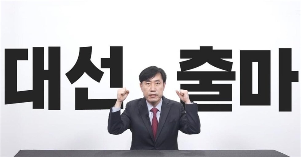 Lee Jun-seok, the new chairman of the conservative main opposition People Power Party, rides a 'Ttareungyi' bike, which is part of a bicycle-sharing service run by the Seoul Metropolitan Government, to get to the National Assembly from a nearby subway station, June 13, two days after being elected head of the party. He said he has often used the bike-sharing system, and he has not yet hired a driver, even though a vehicle has been provided for him by the party. Yonhap