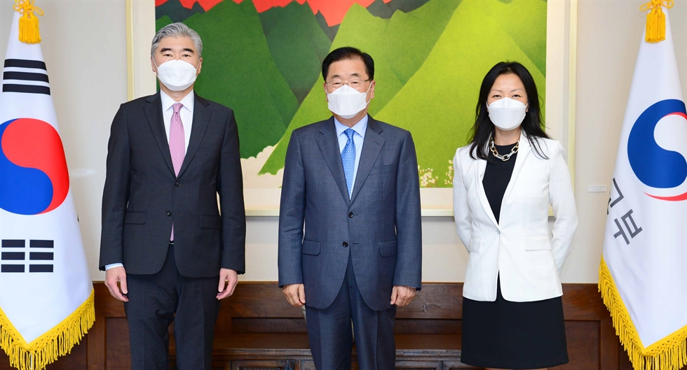 Noh Kyu-duk, center, South Korea's special representative for Korean Peninsula peace and security affairs, poses with Sung Kim, left, the U.S. special envoy for North Korea, and Takehiro Funakoshi, the head of the Japanese Foreign Ministry's Asian and Oceanian Affairs Bureau, prior to their talks in Seoul, Monday. Yonhap