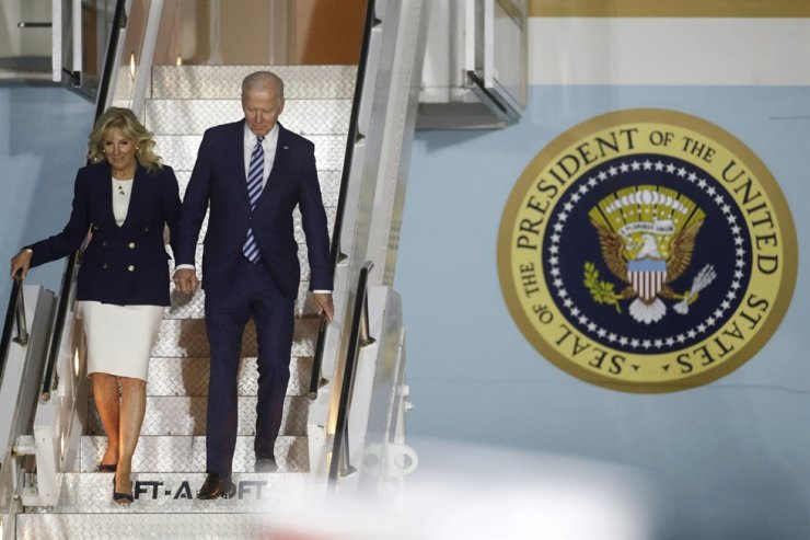 U.S. President Joe Biden and first lady Jill Biden arrive on Air Force One at Cornwall Airport Newquay, near Newquay, the U.K., ahead of the G7 Summit in Cornwall, Wednesday. AP-Yonhap