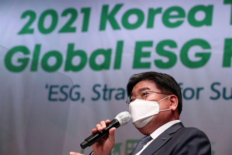 National Pension Service Chairman Kim Yong-jin speaks during the first session of the 2021 Korea Times Global ESG Forum at the KCCI building in Seoul, Thursday. Korea Times photo by Shim Hyun-chul