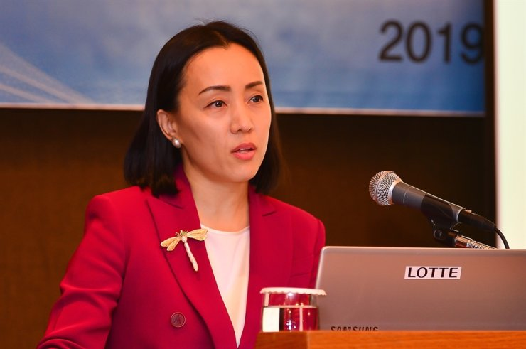 Canada Pension Plan Investment Board Asia Pacific head Suyi Kim delivers a lecture at the Lotte Hotel Seoul in this January 2019 file photo. Courtesy of Institute for Global Economics