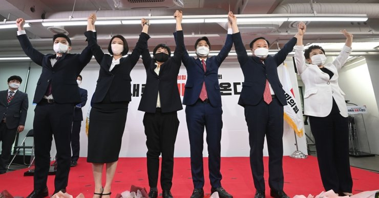 The new leaders of the main opposition People Power Party (PPP) pose during the party convention at party headquarters in Seoul, Friday. From left are the party's Supreme Council youth member Kim Yong-tae, with five Supreme Council members ― Rep. Bae Hyun-jin, Rep. Cho Su-jin, new PPP Chairman Lee Jun-seok, former three-term lawmaker Kim Jae-won and former two-term lawmaker Jung Mi-gyeong. Korea Times photo by Oh Dae-geun