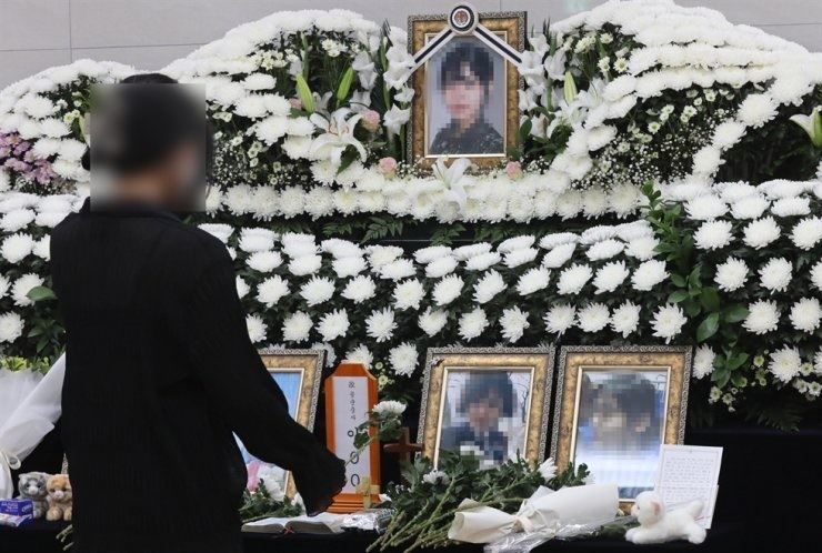 A visitor pays her respects at the funeral altar of MSgt. Lee in the Korean Armed Forces Capital Hospital, Seongnam, Gyeonggi Province, June 7. Yonhap