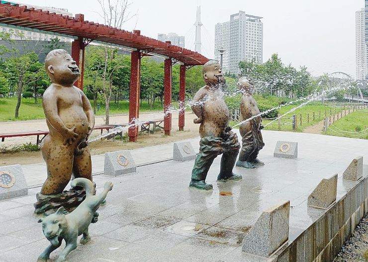 Statues of three boys urinating into the lake stand at Songdo Central Park, Incheon. Yonhap