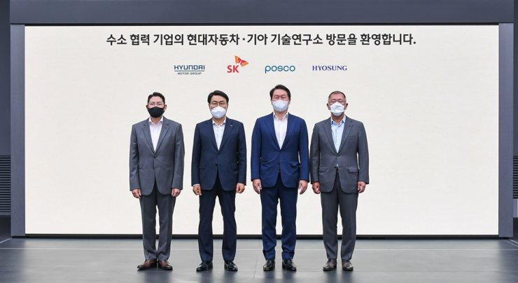 The chairmen of Hyundai Motor, SK, POSCO and Hyosung pose after the four conglomerates agreed to launch a joint consultative body on hydrogen energy, at Hyundai Motor's Namyang Research Development Center in Hwaseong, Gyeonggi Province, Thursday. From the left are Cho Hyun-joon of Hyosung, Choi Jeong-woo of POSCO, Chey Tae-won of SK and Chung Eui-sun of Hyundai. Scheduled for launch in September, the consultative body will later become the Korean version of the Hydrogen Council, a global coalition of CEOs committed to expediting the energy transition with hydrogen. Yonhap