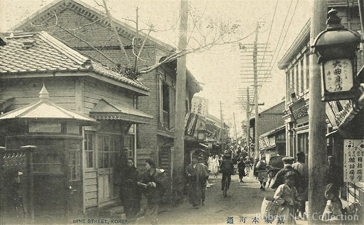 A crowded street in Seoul in the early part of the 20th century. Robert Neff Collection