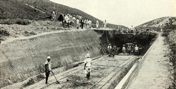 Korean passengers board a train at Jemulpo, circa 1900. / Robert Neff Collection