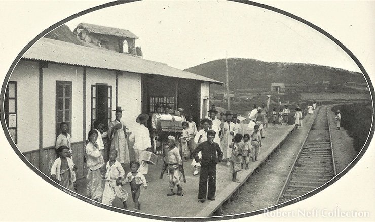 A rural station in between Seoul and Jemulpo, circa 1900 / Robert Neff Collection