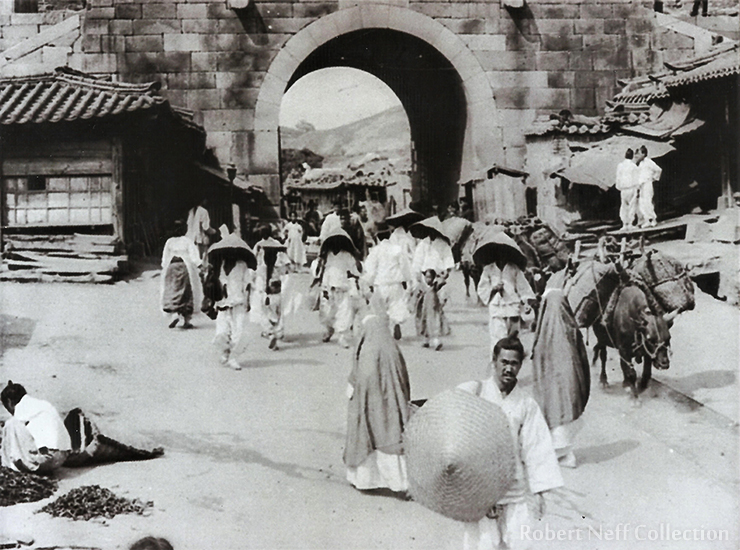 Even for visually unimpaired people, negotiating the streets and alleys of Seoul in the late nineteenth and early twentieth centuries was not easy. Courtesy of Diane Nars Collection