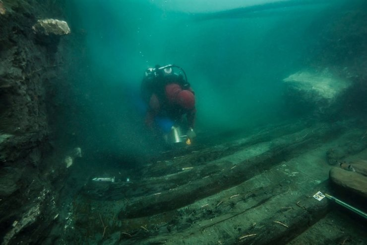 A diver examines the remains of an ancient military vessel discovered in the Mediterranean sunken city of Thonis-Heracleion off the coast of Alexandria, Egypt, in this handout image released July 19. Reuters-Yonhap